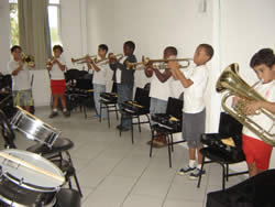 Algumas das dezenas de crianças atendidas pelo projeto